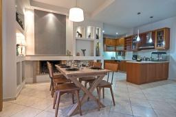 Кухня. Греция, Ретимно : Комфортабельная вилла с 4 спальнями, с бассейном, частным двориком, беседкой с патио и каменным барбекю, расположена в деревне Atsipopoulo Village