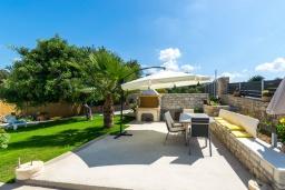 Территория. Греция, Ретимно : Современная вилла с панорамным видом на море, с 4 спальнями, с бассейном, зелёной территорией, патио и каменным барбекю