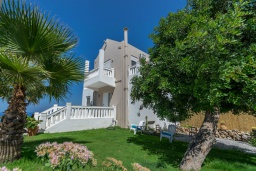 Фасад дома. Греция, Ретимно : Современная вилла с панорамным видом на море, с 4 спальнями, с бассейном, зелёной территорией, патио и каменным барбекю