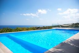 Бассейн. Греция, Ретимно : Современная вилла с панорамным видом на море, с 4 спальнями, с бассейном, зелёной территорией, патио и каменным барбекю