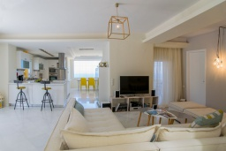 Гостиная. Греция, Ретимно : Современная вилла с панорамным видом на море, с 4 спальнями, с бассейном, зелёной территорией, патио и каменным барбекю