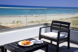 Балкон. Греция, Ретимно : Современная пляжная вилла с с потрясающим видом на Эгейское море, с 4 спальнями, с бассейном, тенистой террасой с патио и барбекю