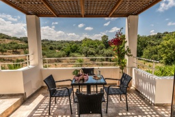 Обеденная зона. Греция, Скалета : Уютная вилла с 5 спальнями, бассейном, зелёным двориком с беседкой с патио и каменным барбекю, расположена в деревне Prinos