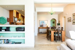 Гостиная. Греция, Ретимно : Современная пляжная вилла с с потрясающим видом на Эгейское море, с 3 спальнями, с бассейном, тенистой террасой с патио, lounge-зоной и каменным барбекю