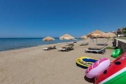 Ближайший пляж. Греция, Ретимно : Современная пляжная вилла с с потрясающим видом на Эгейское море, с 3 спальнями, с бассейном, тенистой террасой с патио, lounge-зоной и каменным барбекю