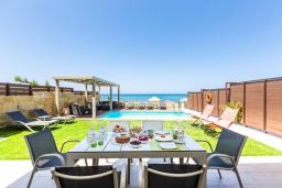 Обеденная зона. Греция, Ретимно : Современная пляжная вилла с с потрясающим видом на Эгейское море, с 3 спальнями, с бассейном, тенистой террасой с патио, lounge-зоной и каменным барбекю