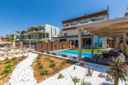 Фасад дома. Греция, Ретимно : Современная пляжная вилла с с потрясающим видом на Эгейское море, с 3 спальнями, с бассейном, тенистой террасой с патио, lounge-зоной и каменным барбекю