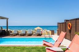 Бассейн. Греция, Ретимно : Современная пляжная вилла с с потрясающим видом на Эгейское море, с 3 спальнями, с бассейном, тенистой террасой с патио, lounge-зоной и каменным барбекю