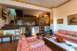 Гостиная. Греция, Ретимно : Прекрасная вилла с 3 спальнями, с бассейном, красивым садом, патио и каменным барбекю, расположена на окраине тихой деревни Prines