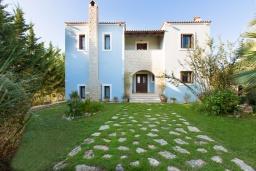 Фасад дома. Греция, Ретимно : Прекрасная вилла с 3 спальнями, с бассейном, красивым садом, патио и каменным барбекю, расположена на окраине тихой деревни Prines
