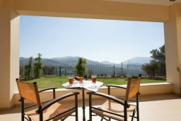 Терраса. Греция, Ретимно : Уютная вилла с 4 спальнями, с зелёным двориком, тенистой террасой с патио и барбекю расположена в окружение пышной зелени