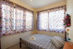 Спальня. Греция, Ретимно : Уютная вилла с 4 спальнями, с зелёным двориком, тенистой террасой с патио и барбекю расположена в окружение пышной зелени