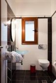 Ванная комната 3. Греция, Ретимно : Уютная вилла с 4 спальнями, с зелёным двориком, тенистой террасой с патио и барбекю расположена в окружение пышной зелени