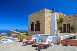Терраса. Греция, Аделе : Роскошная традиционная вилла с панорамным видом на море, с 5 спальнями, с бассейном и джакузи, тенистой террасой с патио, террасой на крыше и барбекю