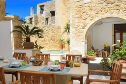 Обеденная зона. Греция, Аделе : Роскошная традиционная вилла с панорамным видом на море, с 5 спальнями, с бассейном и джакузи, тенистой террасой с патио, террасой на крыше и барбекю
