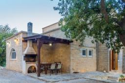 Фасад дома. Греция, Ретимно : Роскошная вилла с 3 спальнями, с бассейном, lounge-зоной, тенистой террасой с патио и каменным барбекю