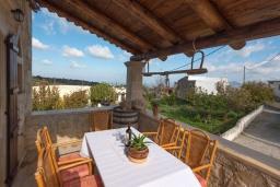 Обеденная зона. Греция, Скалета : Потрясающая традиционная вилла с невероятным видом на горы, с 4 спальнями, с зелёным садом, с бассейном, солнечной террасой и барбекю, расположена в деревне Eleftherna