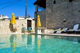 Бассейн. Греция, Скалета : Потрясающая традиционная вилла с невероятным видом на горы, с 4 спальнями, с зелёным садом, с бассейном, солнечной террасой и барбекю, расположена в деревне Eleftherna