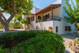 Фасад дома. Греция, Ретимно : Роскошная вилла с панорамным видом на море, с 7 спальнями, с большим зелёным садом, с бассейном, беседкой и барбекю, расположена в 20 метрах от пляжа в районе Petres