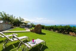 Территория. Греция, Ретимно : Роскошная вилла с панорамным видом на море, с 7 спальнями, с большим зелёным садом, с бассейном, беседкой и барбекю, расположена в 20 метрах от пляжа в районе Petres