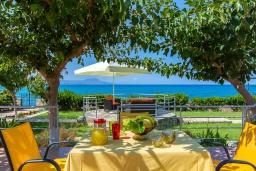 Обеденная зона. Греция, Ретимно : Роскошная вилла с панорамным видом на море, с 7 спальнями, с большим зелёным садом, с бассейном, беседкой и барбекю, расположена в 20 метрах от пляжа в районе Petres