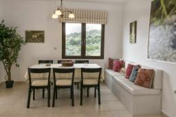 Обеденная зона. Греция, Скалета : Прекрасная вилла с видом на море, с 5 спальнями, с бассейном, беседкой с патио и каменным барбекю