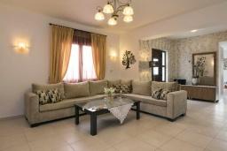 Гостиная. Греция, Скалета : Прекрасная вилла с видом на море, с 5 спальнями, с бассейном, беседкой с патио и каменным барбекю
