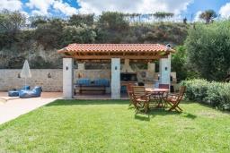 Территория. Греция, Скалета : Прекрасная вилла с видом на море, с 5 спальнями, с бассейном, беседкой с патио и каменным барбекю