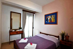 Спальня. Греция, Скалета : Уютная вилла с бассейном в 150 метрах от пляжа, 3 спальни, 3 ванные комнаты, барбекю, парковка, Wi-Fi