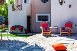 Зона отдыха у бассейна. Греция, Ретимно : Роскошная вилла с бассейном и зеленым двориком с барбекю, 4 спальни, 2 ванные комнаты, парковка, Wi-Fi
