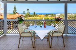 Терраса. Греция, Ретимно : Прекрасная вилла с бассейном и зеленым двориком с барбекю, 4 спальни, 2 ванные комнаты, настольный теннис, тренажерный зал, парковка, Wi-Fi