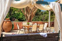 Обеденная зона. Греция, Ретимно : Прекрасная вилла с бассейном и зеленым двориком с барбекю, 4 спальни, 2 ванные комнаты, парковка, Wi-Fi