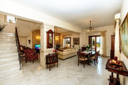 Гостиная. Греция, Ретимно : Прекрасная вилла с бассейном и зеленым двориком с барбекю, 4 спальни, 2 ванные комнаты, парковка, Wi-Fi
