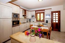 Кухня. Греция, Ретимно : Прекрасная вилла с бассейном и зеленым двориком с барбекю, 4 спальни, 2 ванные комнаты, парковка, Wi-Fi