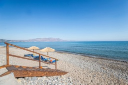 Ближайший пляж. Греция, Киссамос Кастели : Очаровательная уютная вилла с потрясающим видом на Эгейское море, с 4 спальнями, с красивым зелёным садом с шезлонгами, патио и барбекю, расположена в 10 метрах от пляжа Drapanias