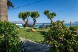 Территория. Греция, Киссамос Кастели : Очаровательная уютная вилла с потрясающим видом на Эгейское море, с 4 спальнями, с красивым зелёным садом с шезлонгами, патио и барбекю, расположена в 10 метрах от пляжа Drapanias