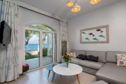 Гостиная. Греция, Киссамос Кастели : Очаровательная уютная вилла с потрясающим видом на Эгейское море, с 4 спальнями, с красивым зелёным садом с шезлонгами, патио и барбекю, расположена в 10 метрах от пляжа Drapanias