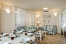 Гостиная. Греция, Малеме : Современная вилла с 3 спальнями, с бассейном, зелёным двориком, тенистой террасой с патио и барбекю, расположена в Maleme всего в 300 метрах от пляжа