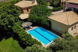 Фасад дома. Греция, Малеме : Современная вилла с 3 спальнями, с бассейном, зелёным двориком, тенистой террасой с патио и барбекю, расположена в Maleme всего в 300 метрах от пляжа