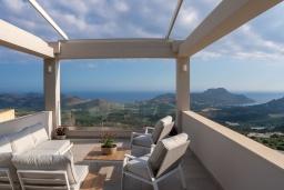 Патио. Греция, Плакиас : Роскошная вилла с бассейном и видом на море, 4 спальни, 3 ванные комнаты, парковка, детская площадка, настольный теннис, парковка, Wi-Fi