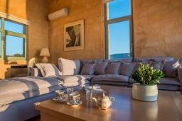 Гостиная. Греция,  Ханья : Роскошная вилла с бассейном и шикарным видом на море, 5 спален, 5 ванных комнат, барбекю, джакузи, парковка, Wi-Fi