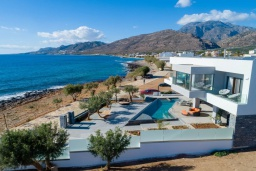 Фасад дома. Греция, Иерапетра : Современная пляжная вилла с бассейном и двориком с барбекю, 9 спален, 7 ванных комнат, парковка, Wi-Fi