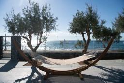 Территория. Греция, Иерапетра : Современная пляжная вилла с бассейном и двориком с барбекю, 9 спален, 7 ванных комнат, парковка, Wi-Fi