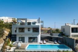 Фасад дома. Греция, Бали : Современная вилла с бассейном в 100 метрах от пляжа, 3 спальни, 3 ванные комнаты, барбекю, патио, парковка, Wi-Fi