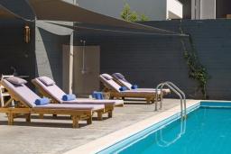 Зона отдыха у бассейна. Греция, Бали : Современная вилла с бассейном в 100 метрах от пляжа, 3 спальни, 3 ванные комнаты, барбекю, патио, парковка, Wi-Fi