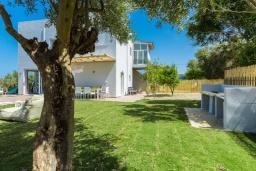 Территория. Греция, Ретимно : Роскошная вилла с бассейном и зеленым двориком с барбекю и патио, 5 спален, 4 ванные комнаты, парковка, Wi-Fi