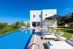 Фасад дома. Греция, Ретимно : Роскошная вилла с бассейном и зеленым двориком с барбекю и патио, 5 спален, 4 ванные комнаты, парковка, Wi-Fi