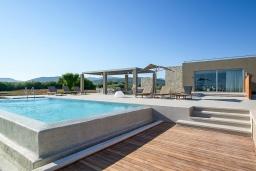 Фасад дома. Греция, Киссамос Кастели : Роскошная пляжная вилла с бассейном и приватной территорией, 5 спален, 5 ванных комнат, парковка, Wi-Fi
