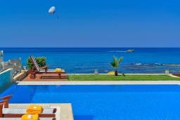 Бассейн. Греция, Сталида : Роскошная пляжная вилла с бассейном и зеленым двориком с барбекю, 4 спальни, 3 ванные комнаты, парковка, Wi-Fi