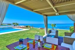 Обеденная зона. Греция, Сталида : Роскошная пляжная вилла с бассейном и зеленым двориком с барбекю, 4 спальни, 3 ванные комнаты, парковка, Wi-Fi